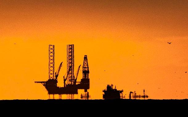 Petróleo se desploma a mínimo desde febrero de 2002