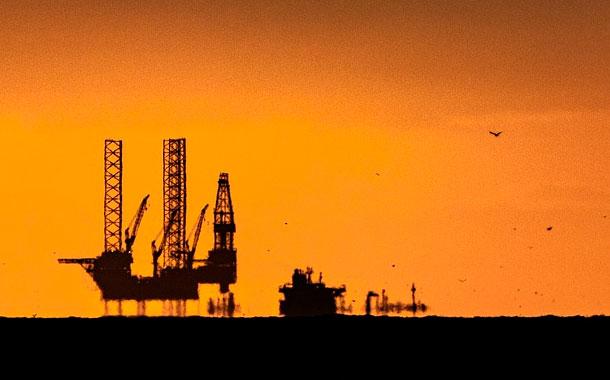 Petróleo vuelve a dispararse en mercado que espera recorte