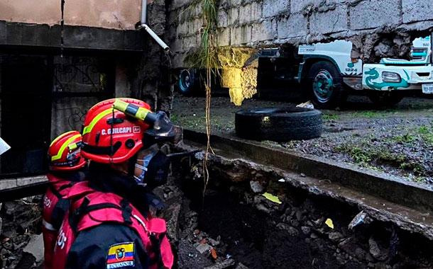 Dos viviendas colapsadas y al menos 50 inundadas por fuerte lluvia en Quito
