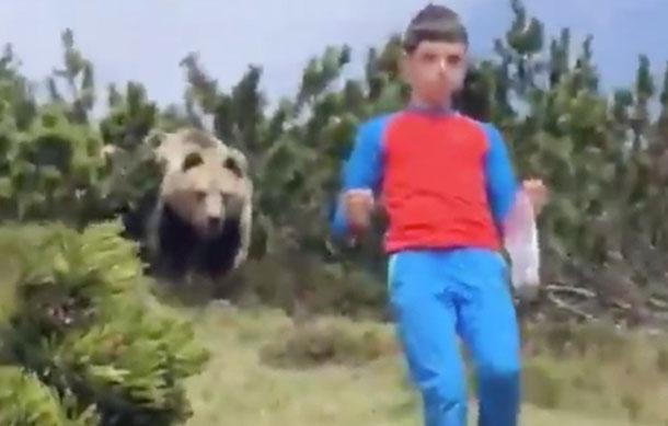 (VIDEO) Niño muestra cómo actuar cuando un oso te persigue