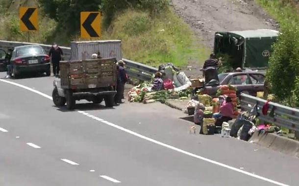 Agricultores venden sus productos en las carreteras