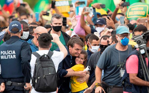 Bolsonaro ignoró las recomendaciones y se mezcló en una multitudinaria manifestación