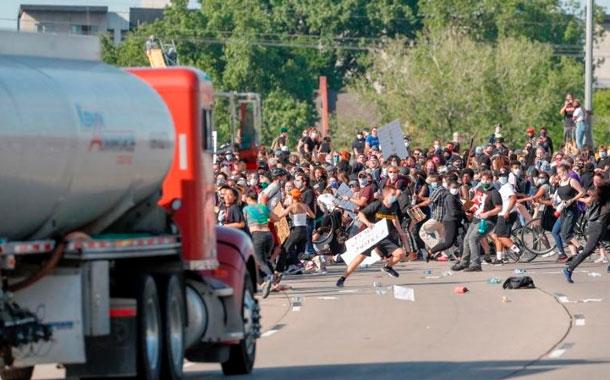 Camión embistió a manifestantes en Mineápolis