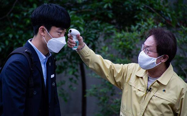 Corea del Sur exporta pulseras de localización para infractores de cuarentena