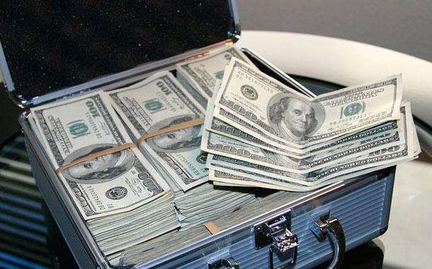 Familia halla 1 millón de dólares mientras paseaba