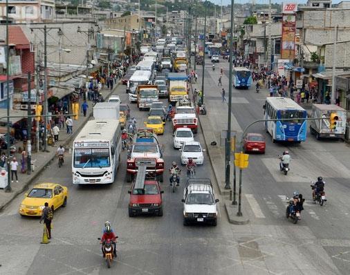 Gran movimiento vehicular en las principales calles de Guayaquil