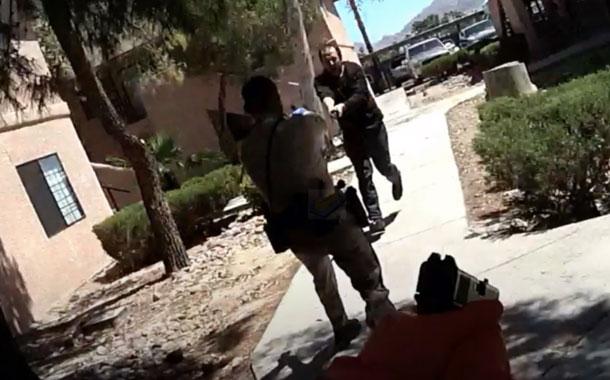 Policía dispara contra un hombre que lo amenazaba con una espada (VIDEO)