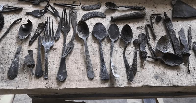 Hallan objetos escondidos por los prisioneros en Auschwitz