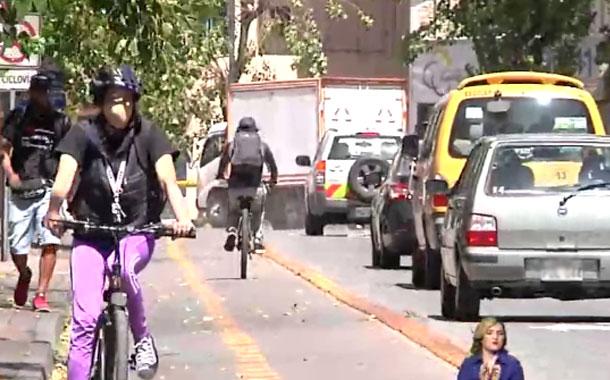 Las personas salen a trabajar en Quito pese al semáforo en rojo