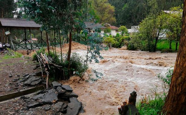 El río Yanuncay se desbordó en varios sectores de Cuenca