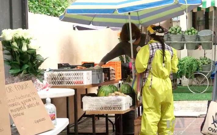 Vecinos habilitan un garage para que comerciantes vendan sus productos