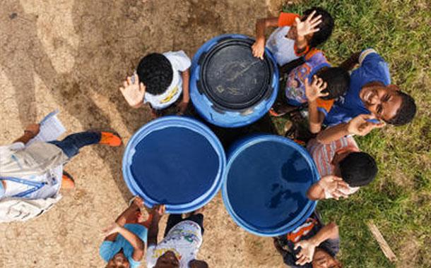 UNICEF distribuye agua en los hogares de los niños más vulnerables en Esmeraldas