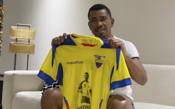 Estrellas del fútbol ecuatoriano subastan artículos deportivos