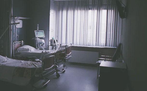 Parientes de un paciente desconectan su respirador para encender un aire acondicionado
