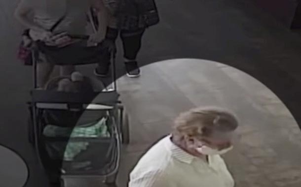 Mujer tose sobre un bebé tras quitarse la mascarilla