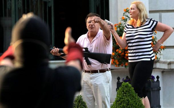 San Luis: Pareja de raza blanca apunta armas a manifestantes