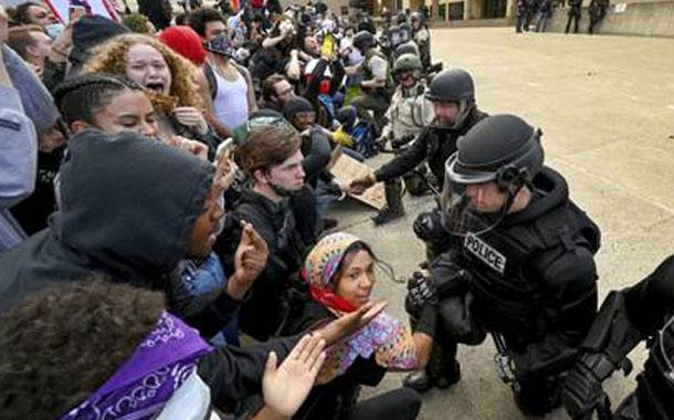 El significado del gesto de los agentes de Policía de Estados Unidos