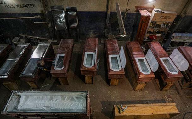 Fabricantes de ataúdes chilenos duplican su producción