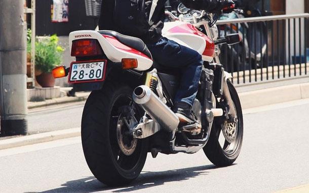 Delincuente arrastra con su moto a la mujer a la que le robó