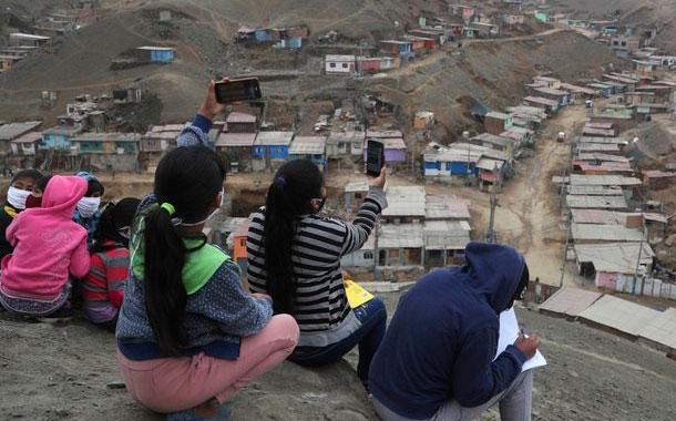Estudiantes limeños suben a cerros para acceder a internet