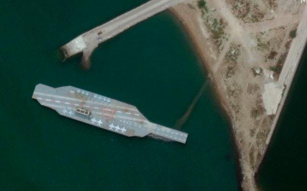 Irán construye maqueta de portaviones de EEUU para ataque