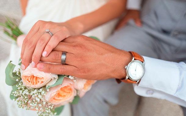 Pide el divorcio dos días después de la boda al enterarse que su esposa es hombre