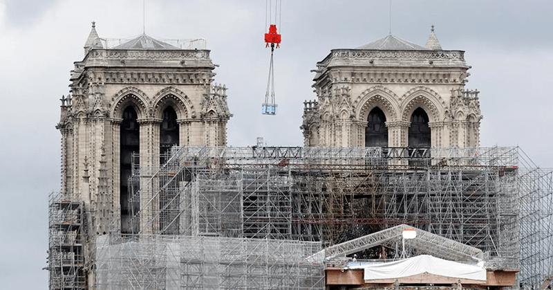 Empieza el delicado desmontaje del andamio deformado en Notre Dame