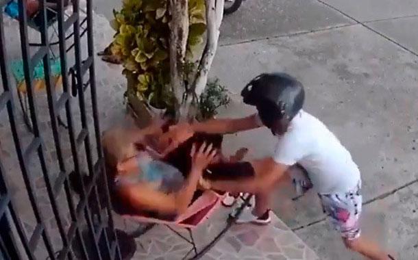 Mujer golpeó al ladrón que intentó robarle su celular en Colombia