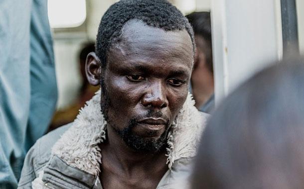 Migrantes en barco en el Mediterráneo intentan suicidarse