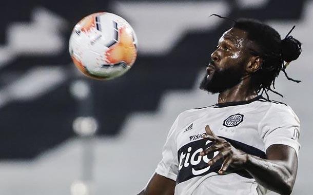 Olimpia termina contrato con Emmanuel Adebayor