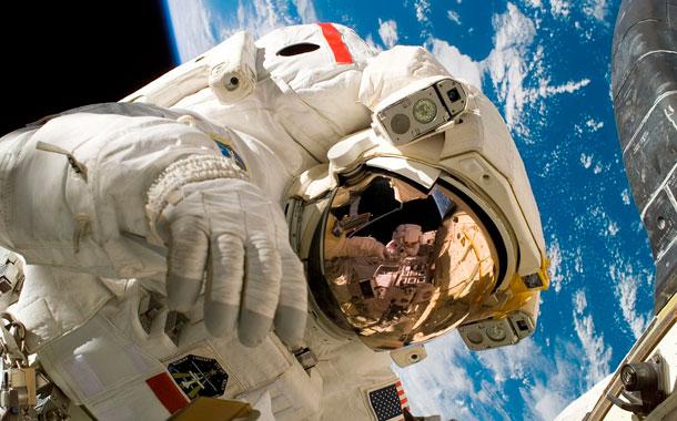Astronautas realizan última caminata espacial antes del retorno a Tierra