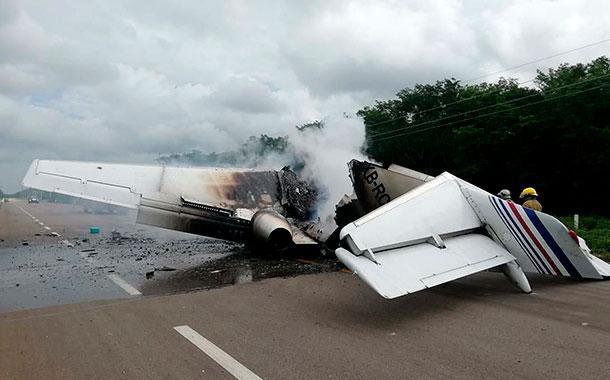 Avión del narcotráfico se incendió en una carretera en México