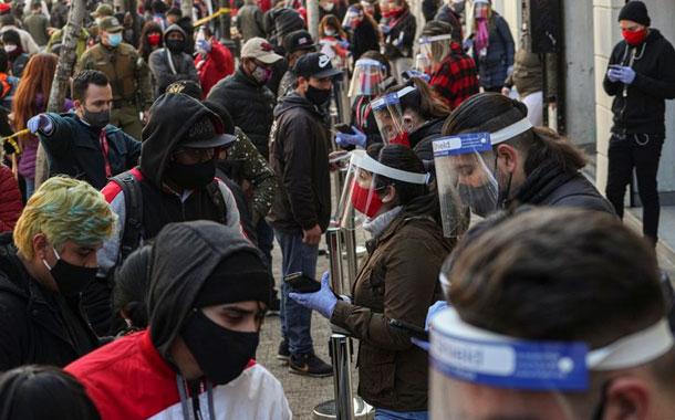Largas filas en Chile para sacar ahorros de pensiones