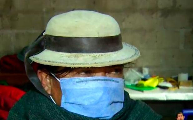Ciudadanos usan mascarilla en la comunidad Sicalpe por Covid-19