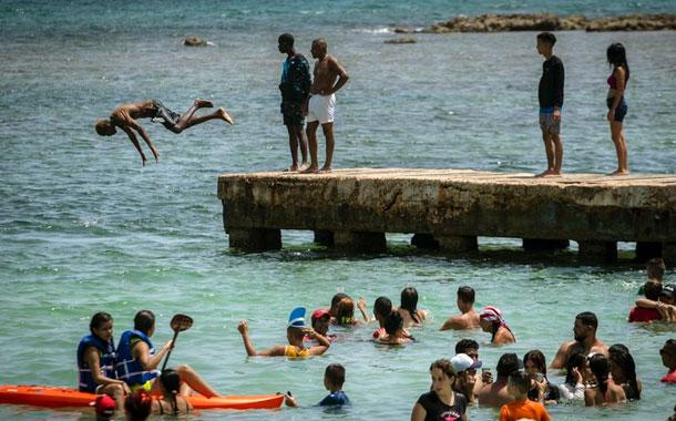 Playas cubanas se llenan y autoridades alertan por COVID-19