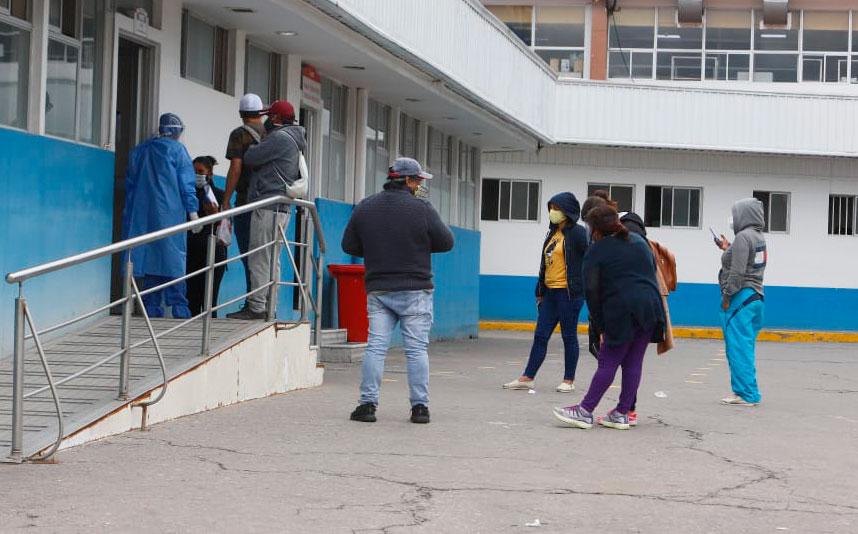 Decenas de ciudadanos esperan por información de sus familiares