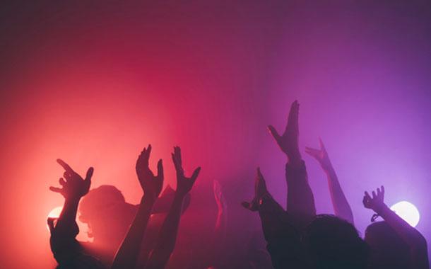 Jóvenes organizan fiestas para contagiarse de COVID-19