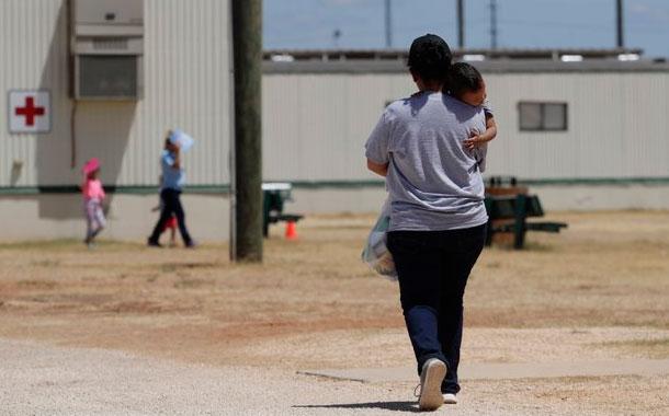 ICE no libera a niños migrantes pese a orden de jueza