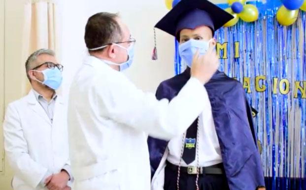 Joven diagnosticado con leucemia se graduó a pesar de las adversidades