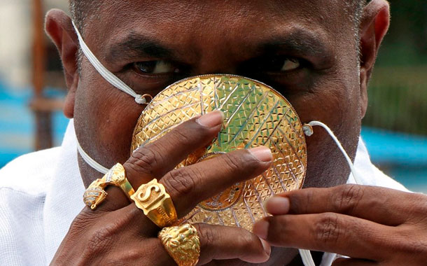 Un hombre usa una mascarilla de oro en medio de la pandemia