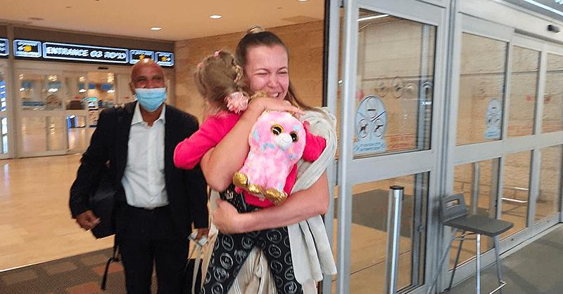 Niña se reencuentra con sus padres tras separase a causa de la pandemia