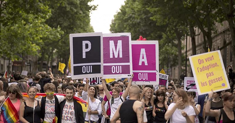 Francia aprueba la reproducción asistida para lesbianas y solteras