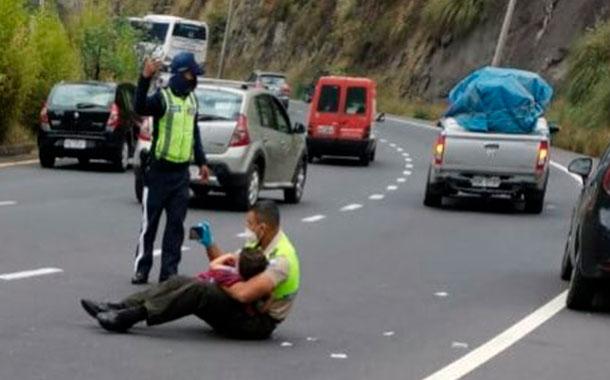 Emotiva imagen de un policía consolando a un niño tras un accidente
