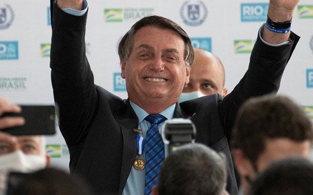 Bolsonaro levanta en sus brazos a un enano creyendo que era un niño
