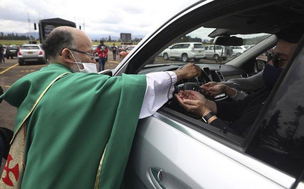 Colombia: Sacerdote oficia misa a fieles en automóviles