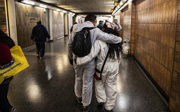 Dos comerciantes sobreviven desinfectando metro de Chile
