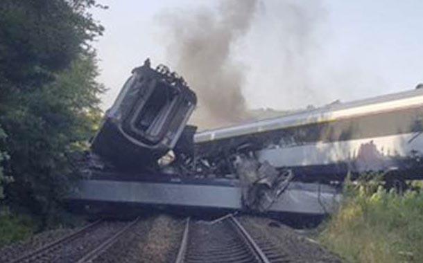 Muertos y heridos deja descarrilamiento de tren en Escocia