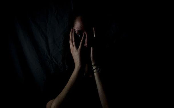 Hombre es detenido por golpear a su esposa en ciudad de España