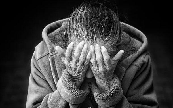 Video: Dos enfermeras maltratan a una anciana