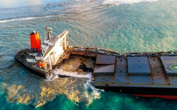 Se parte en dos el buque que vertió petróleo en aguas de Mauricio